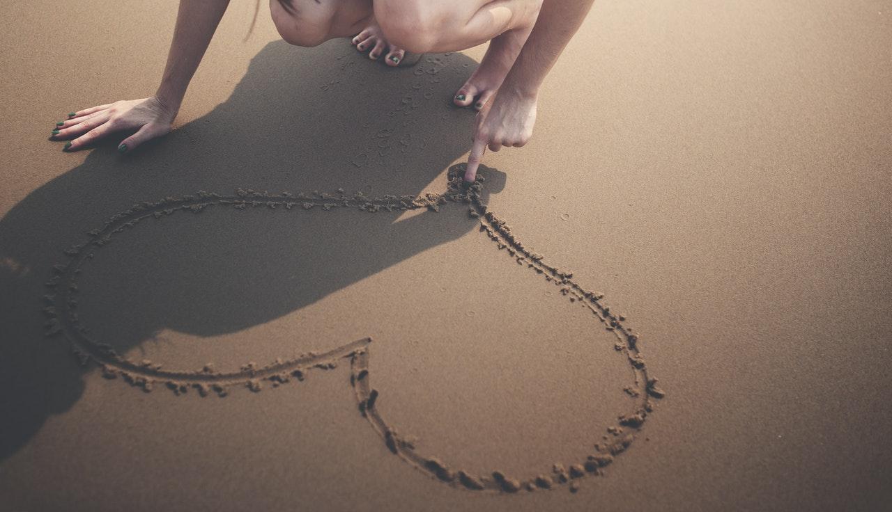 浜辺に描くハート
