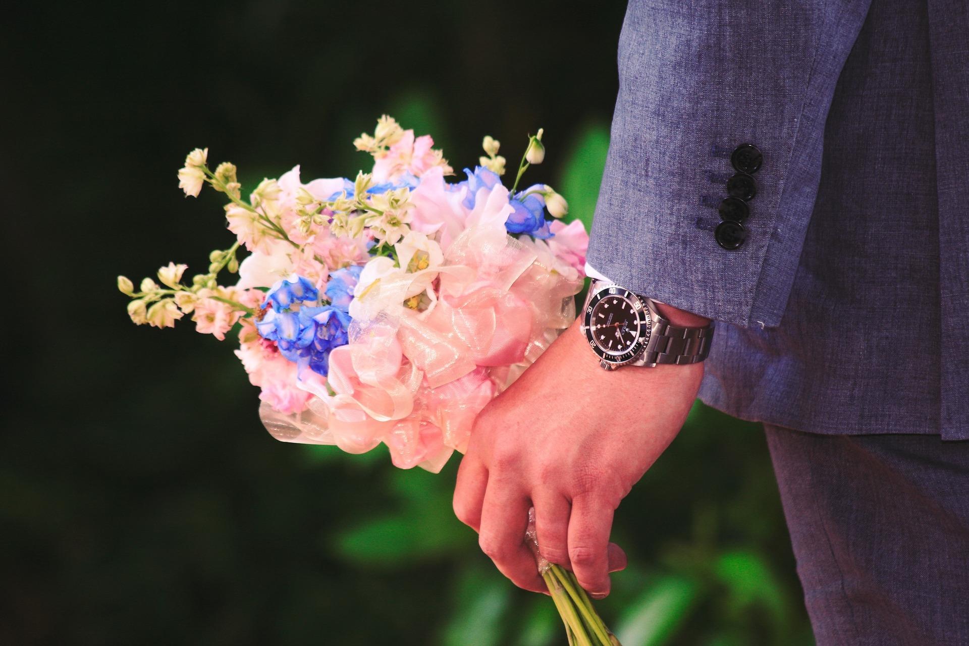 花束を手にする男性