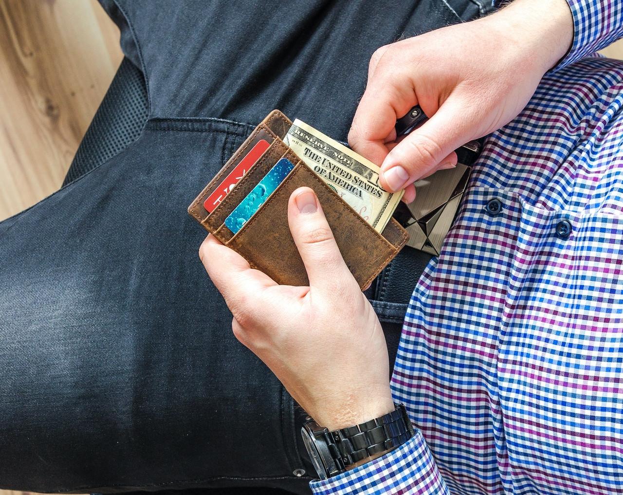 財布を手にする男姓