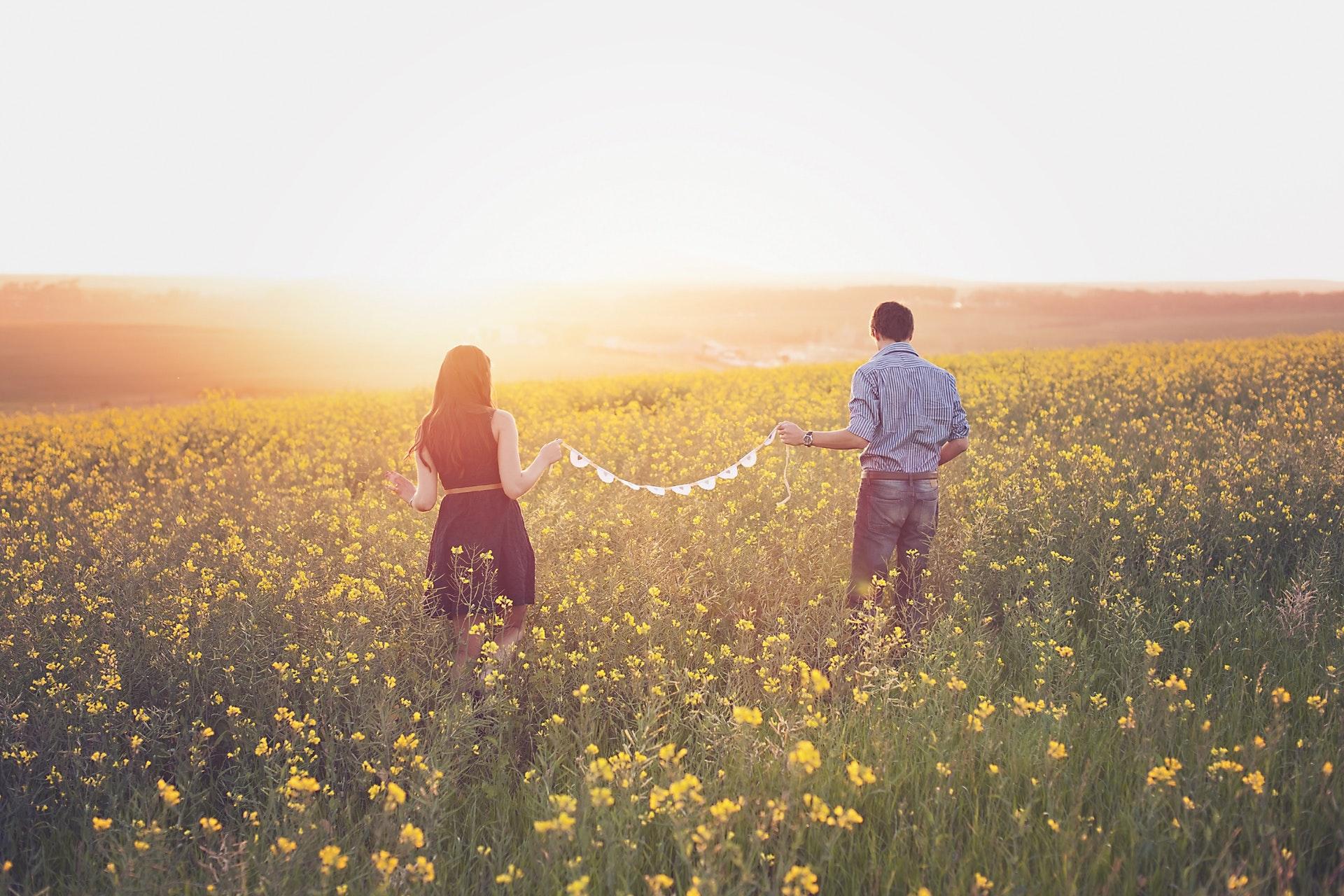 花畑でデートしているカップル