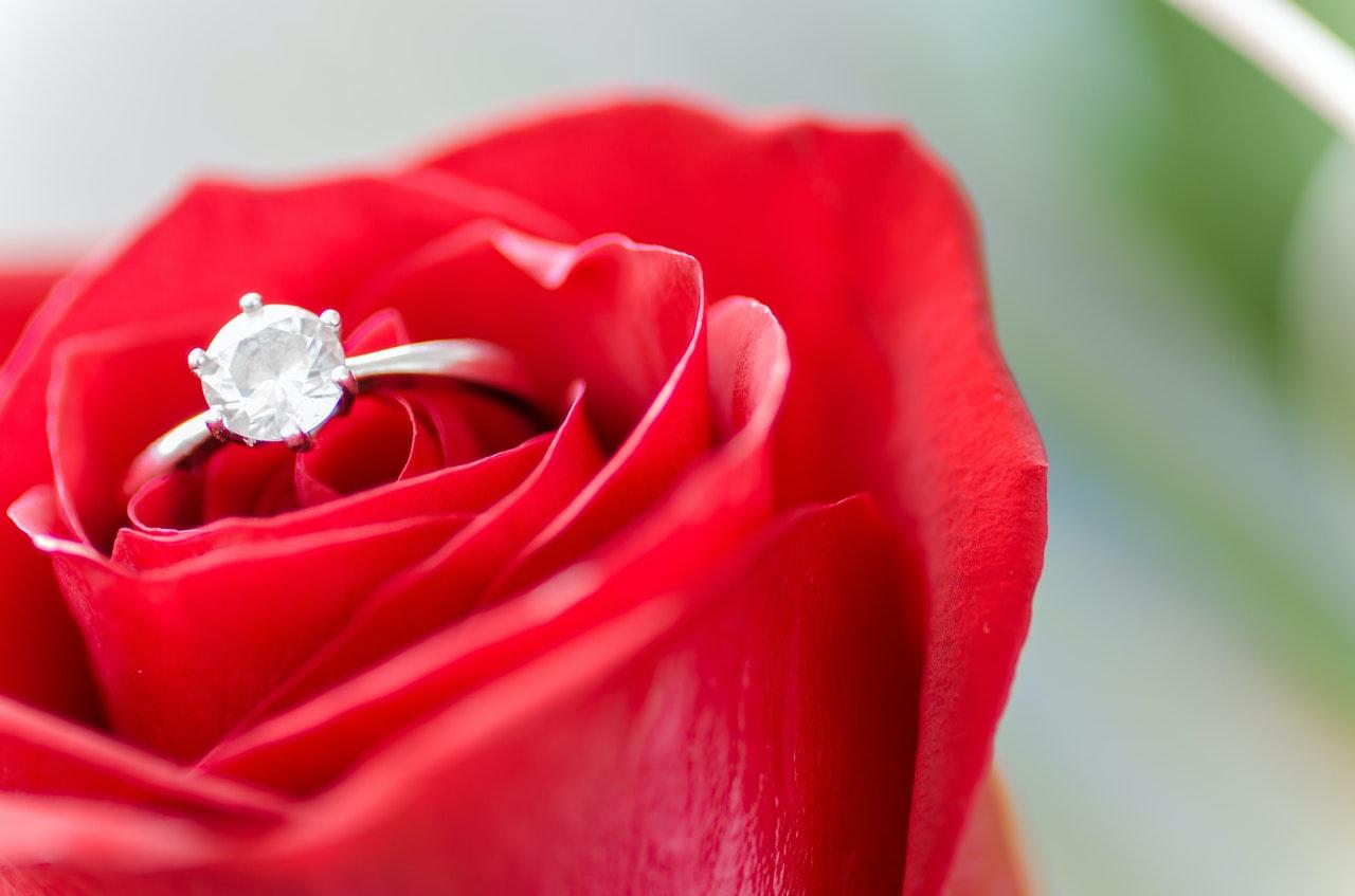 花の中に指輪