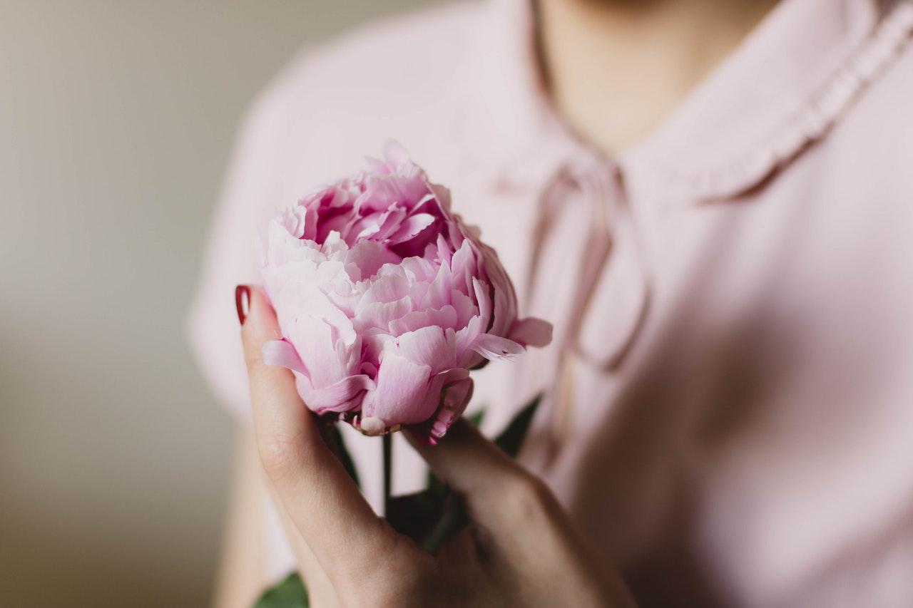 ピンクの花とピンクの洋服