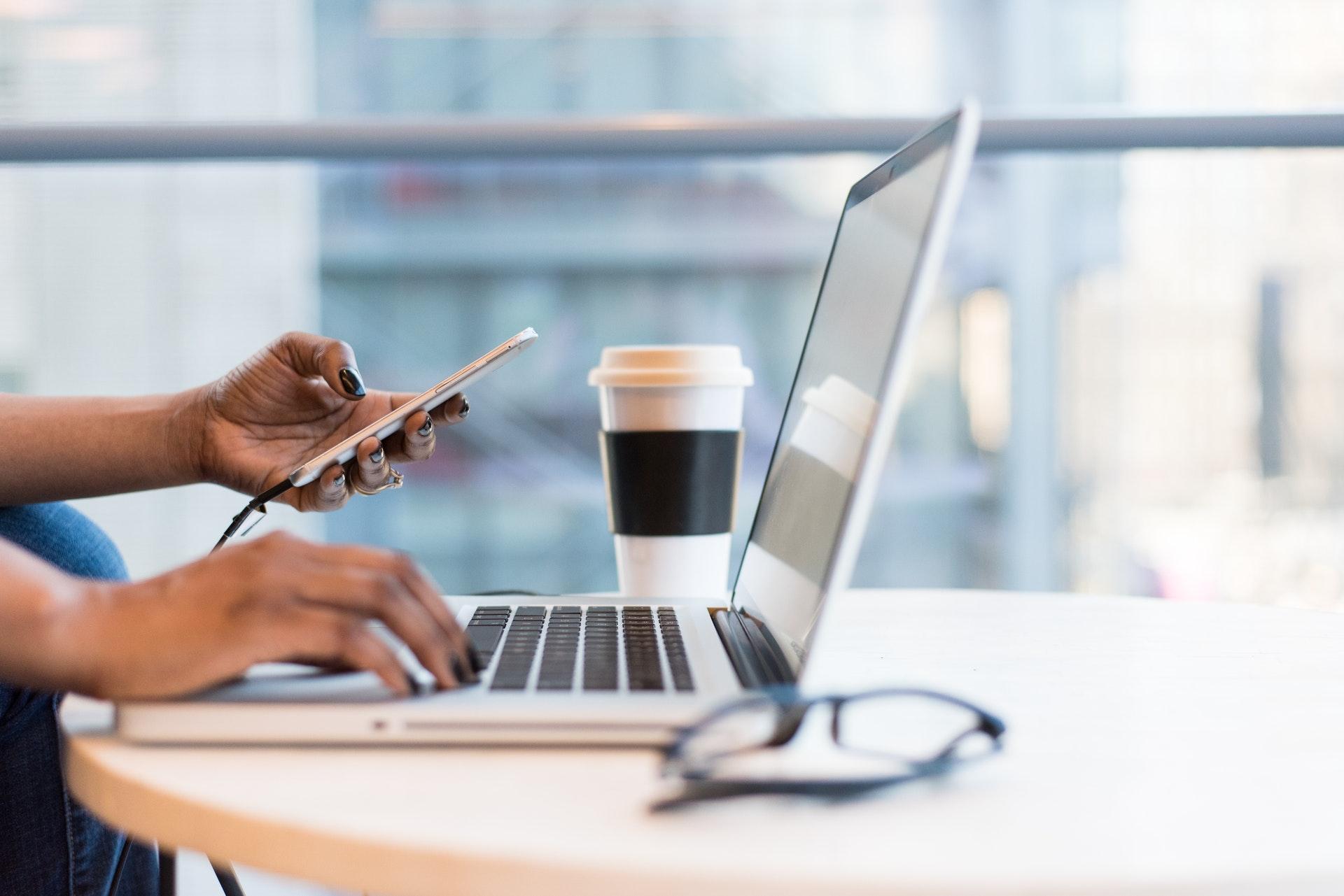 パソコンを利用する女性