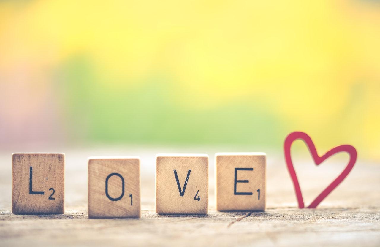 loveのロゴとハートマーク