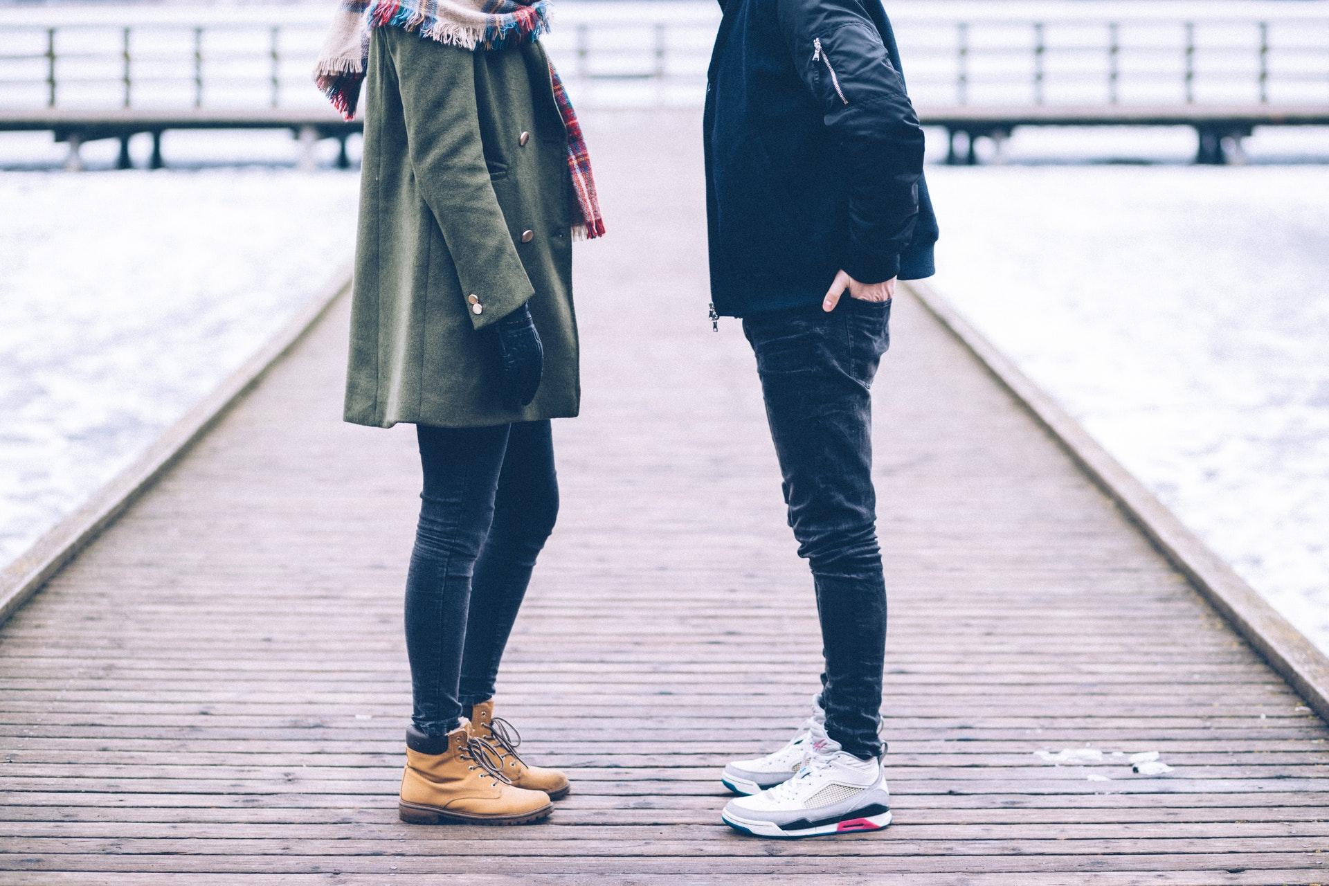 向き合うカップル