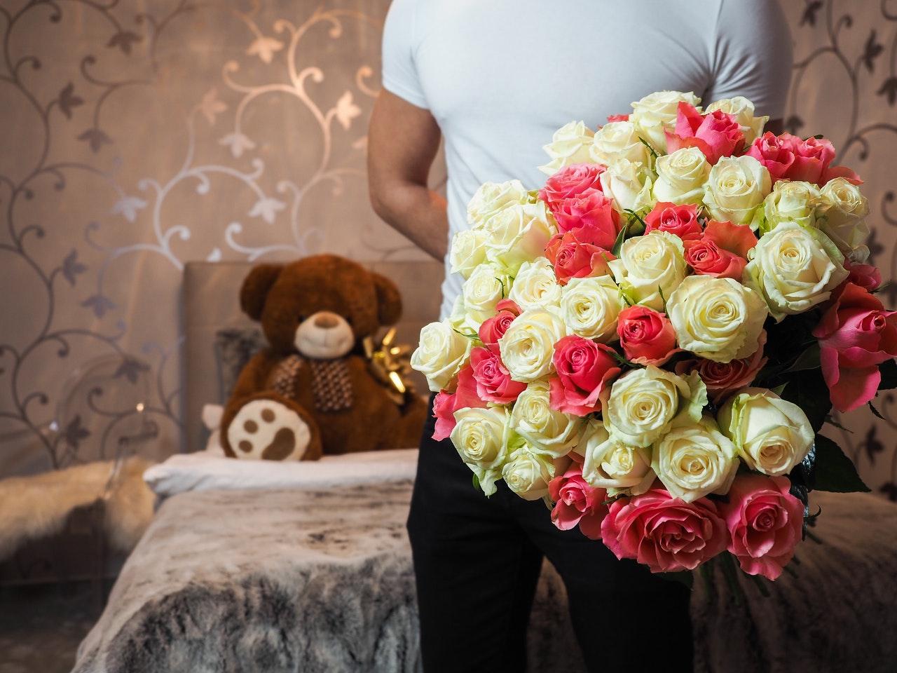 花束をもつ男子