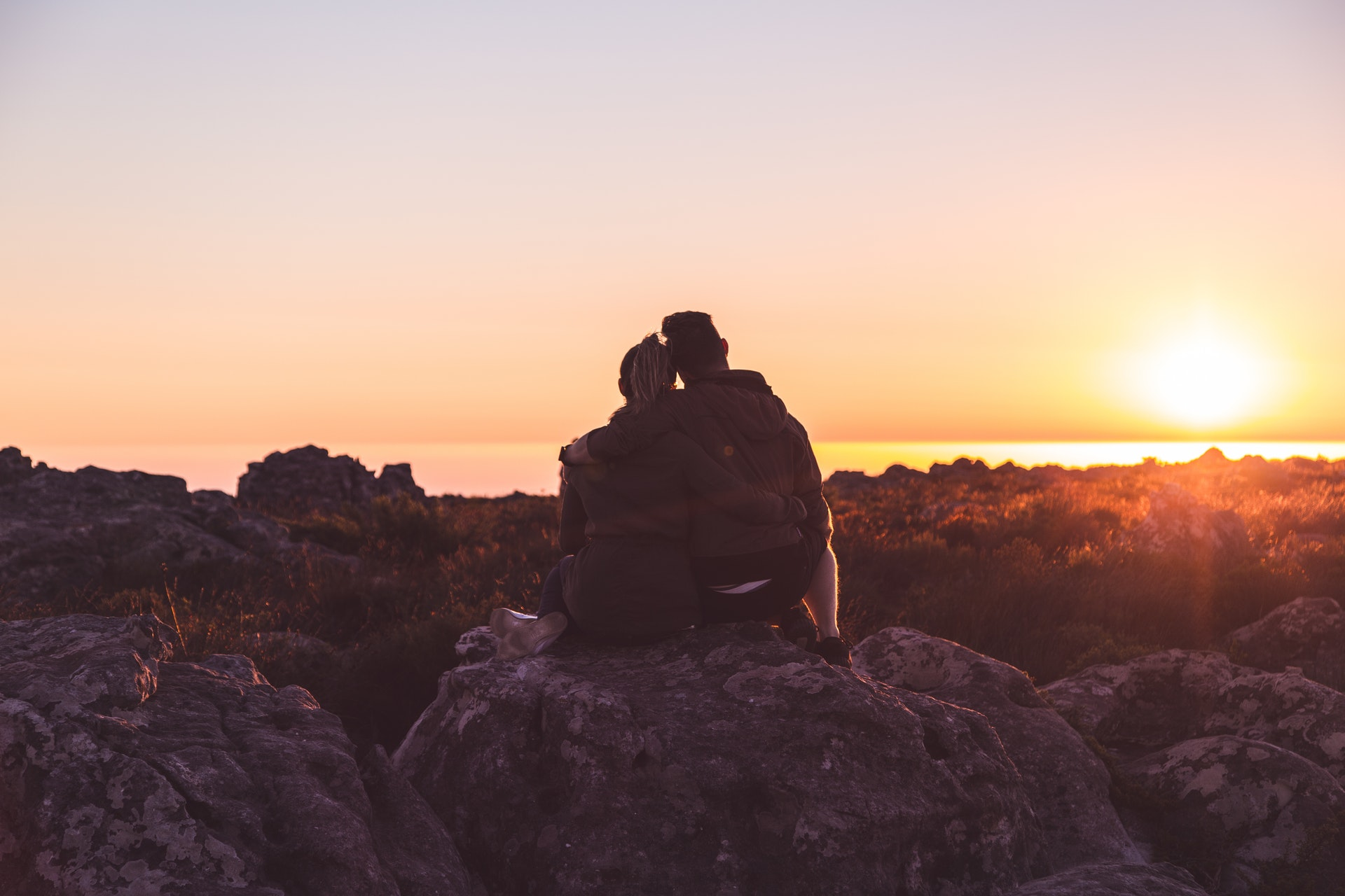 夕陽を見て語る男女