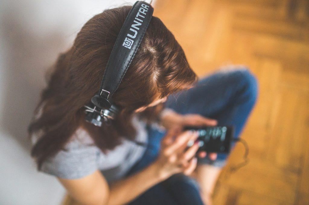 部屋で音楽を聴く女子