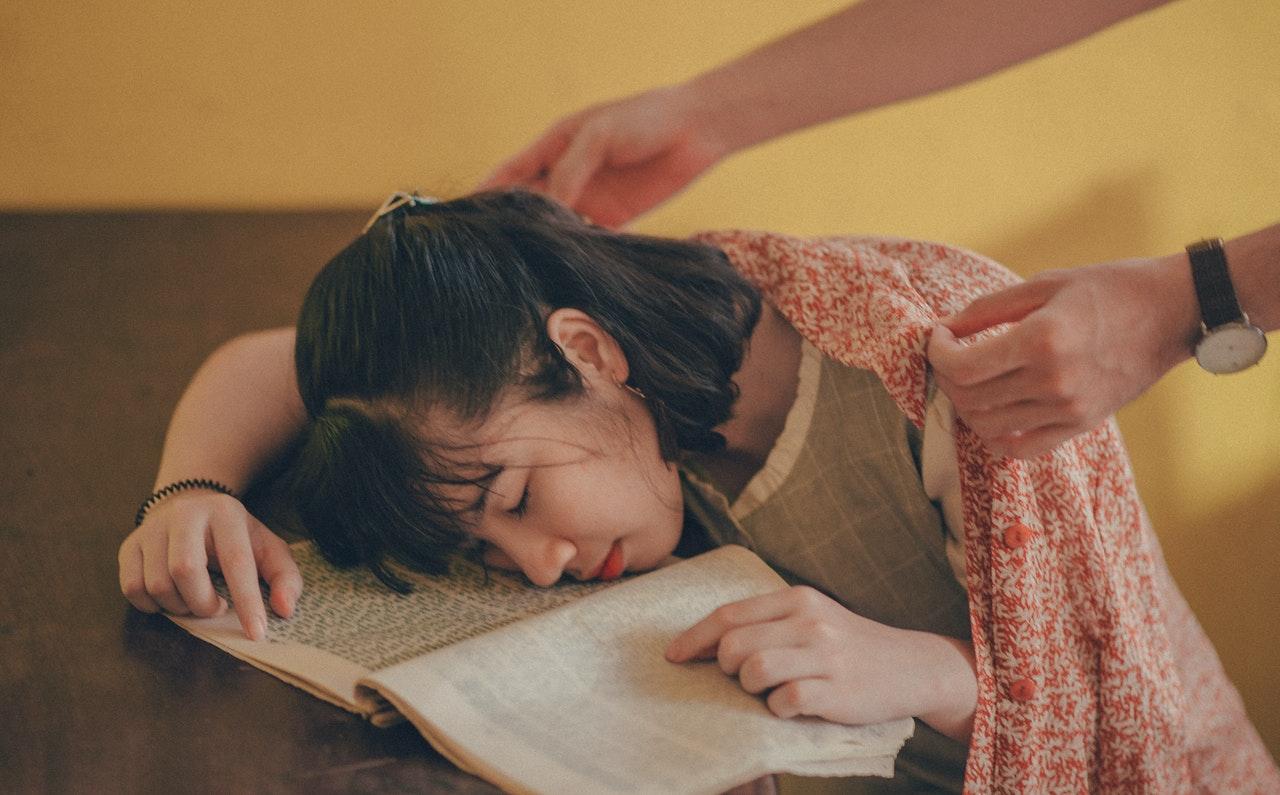 居眠りしている女性