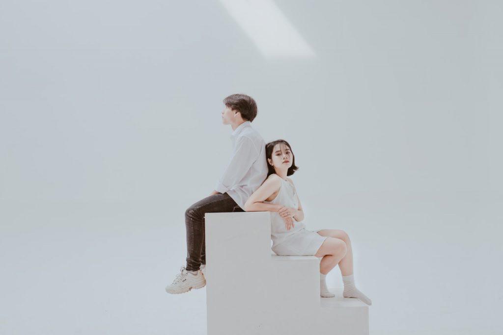 階段に腰掛けるカップル