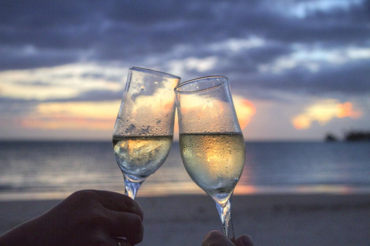 夕焼けの浜辺で乾杯