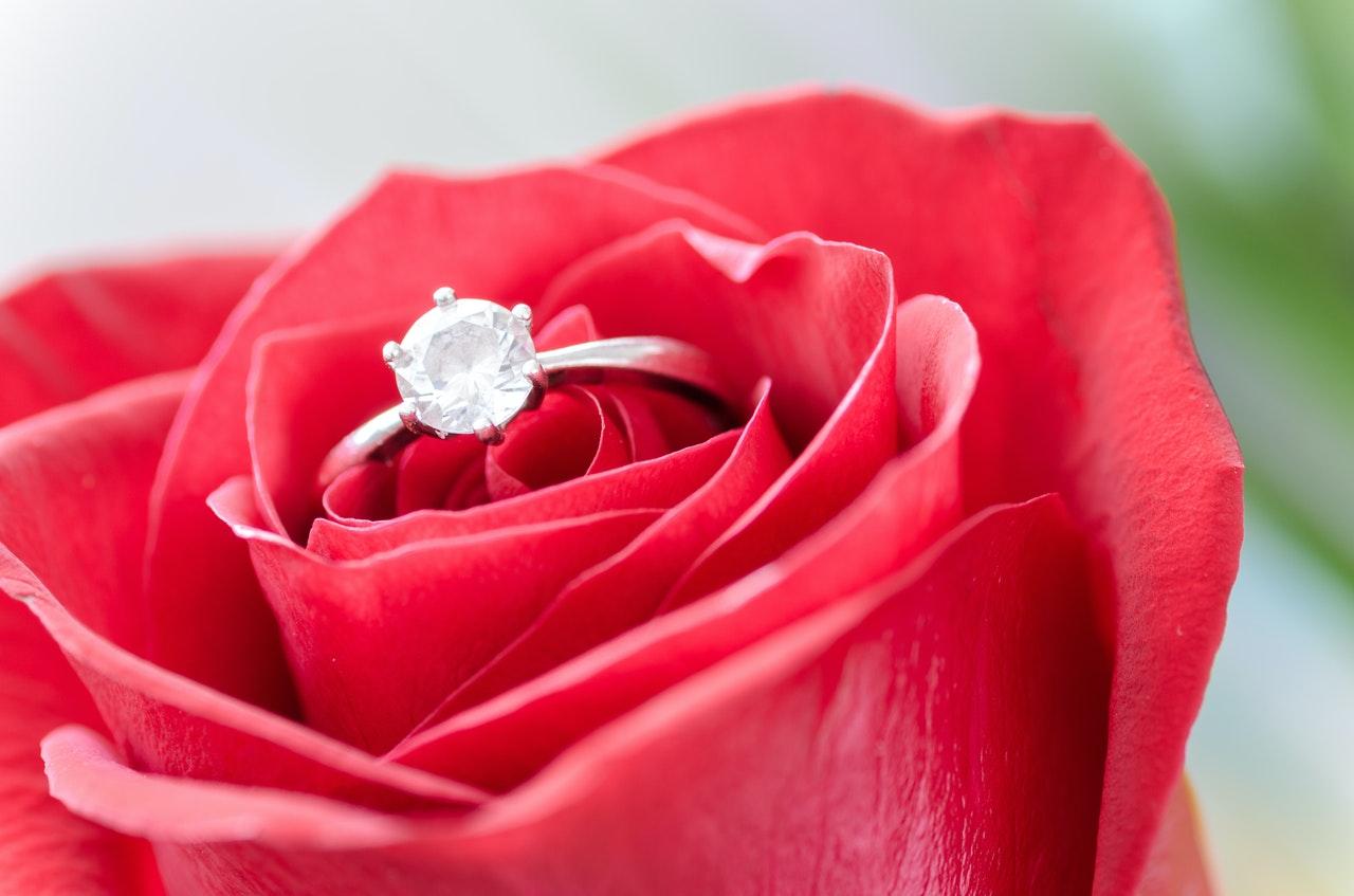 バラの中に指輪