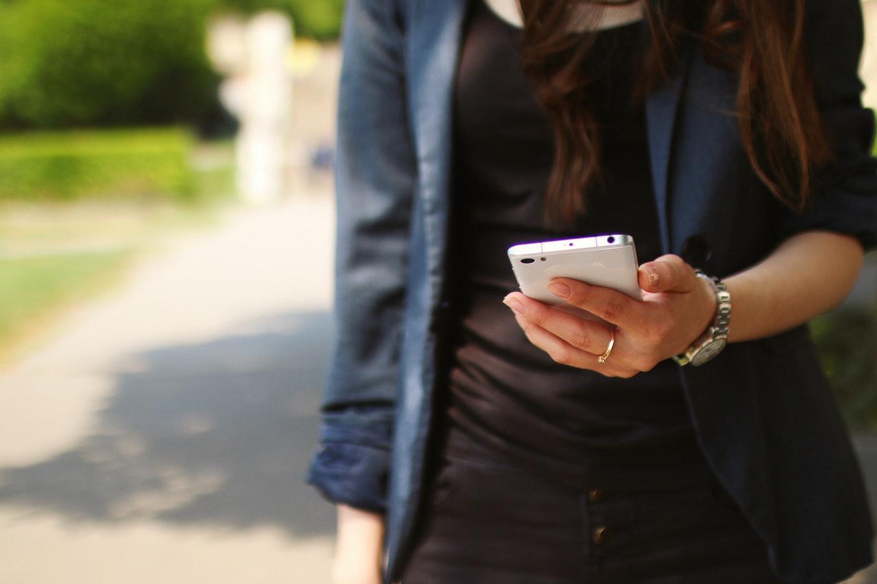 スマートフォンを持つ女子