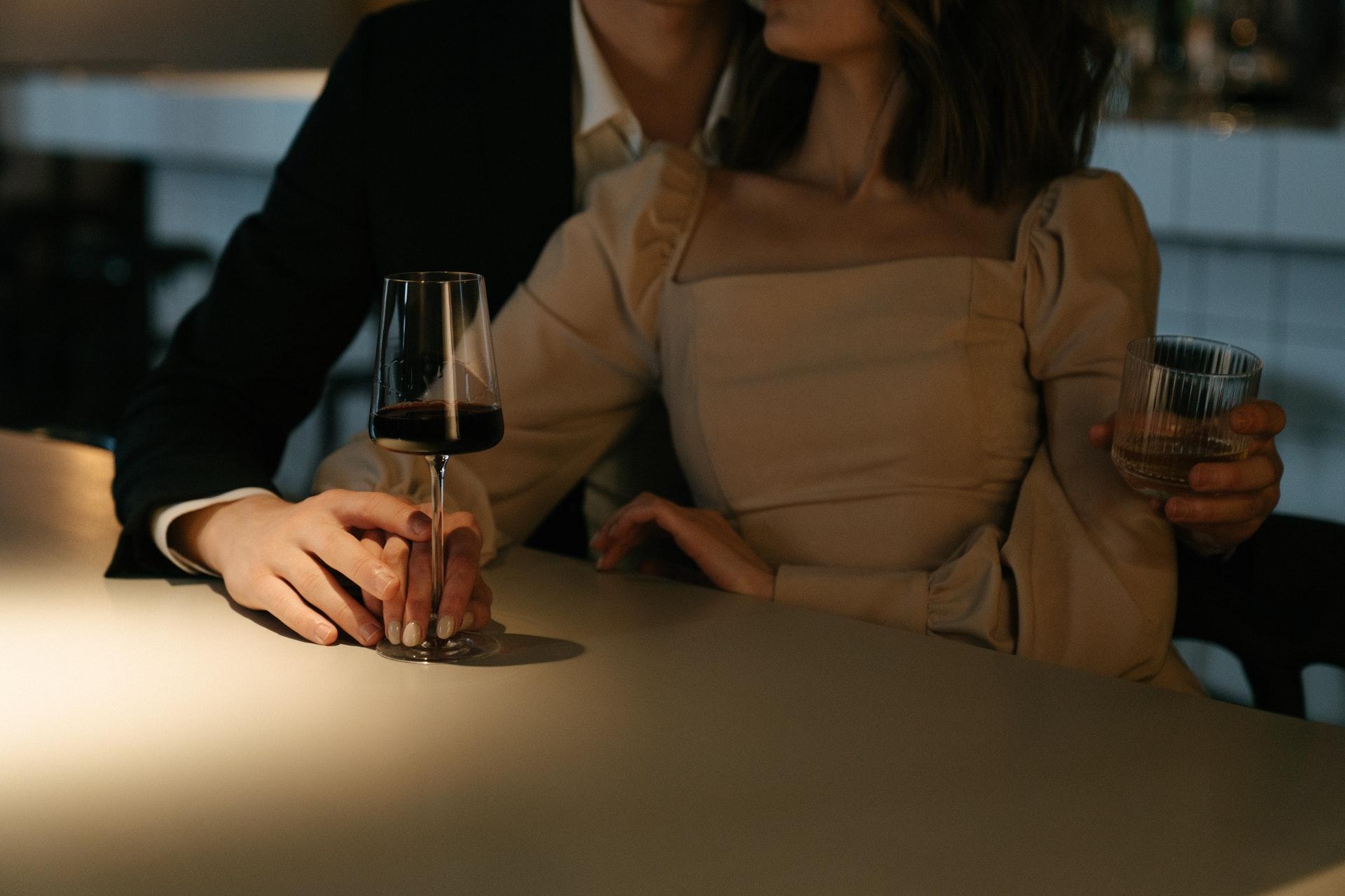 ワインを楽しむカップル