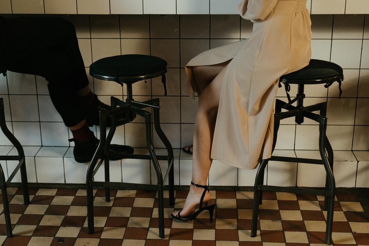 バーカウンターに座る男女
