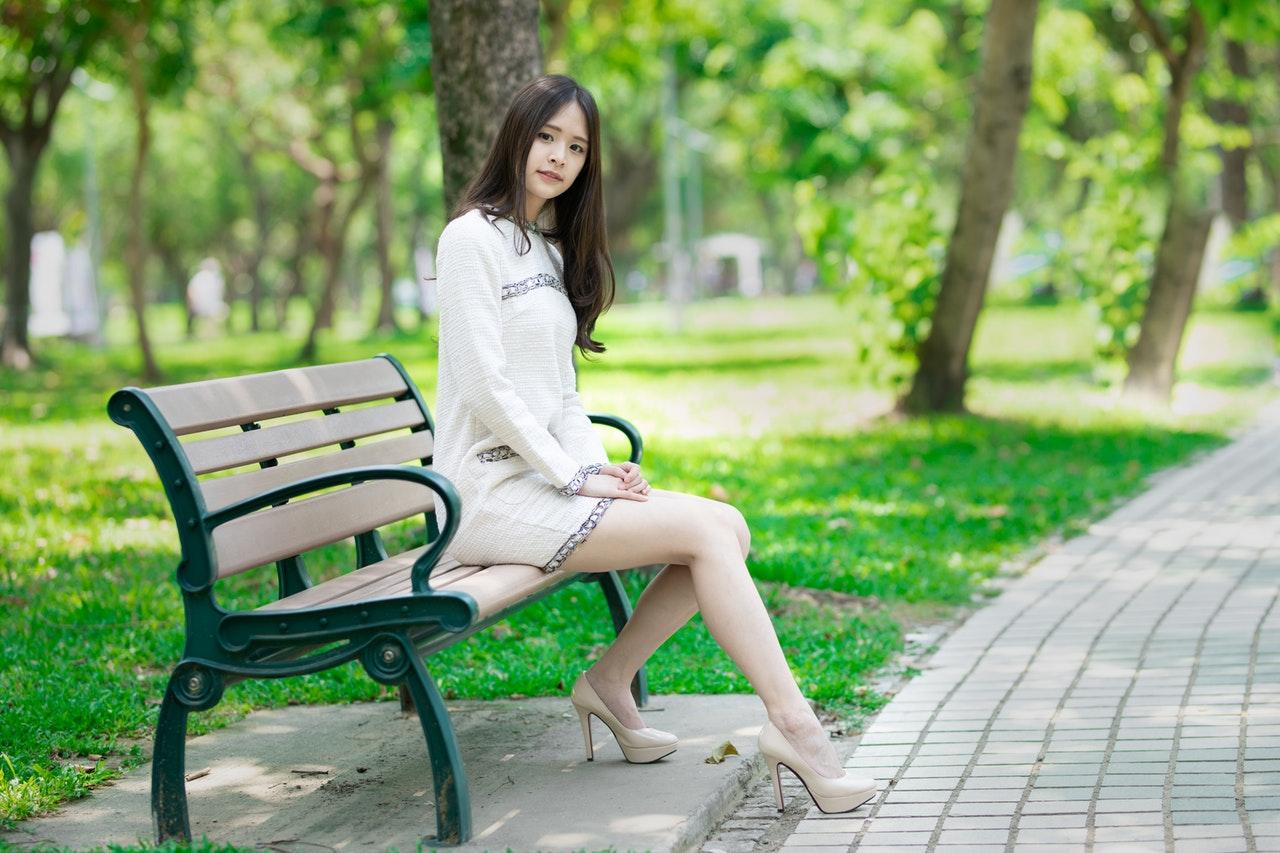 公園で待つ女性