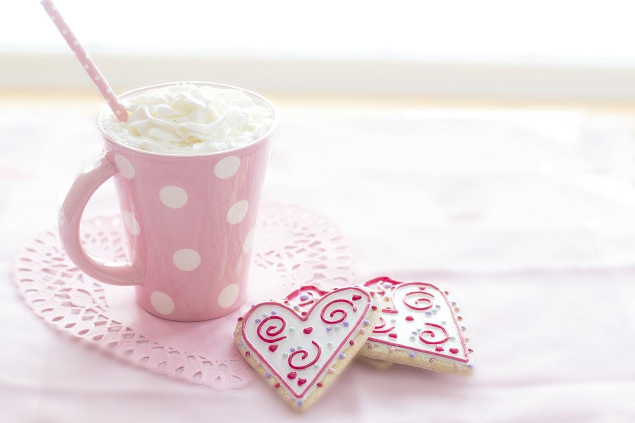 ピンクのカップと2つのハート