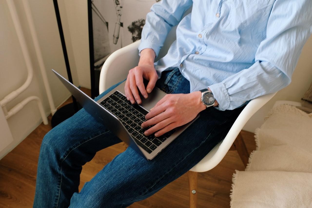PCを見ている男性