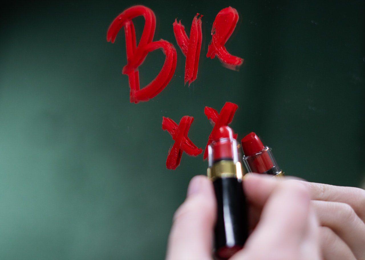 Bye と口紅で書く女子
