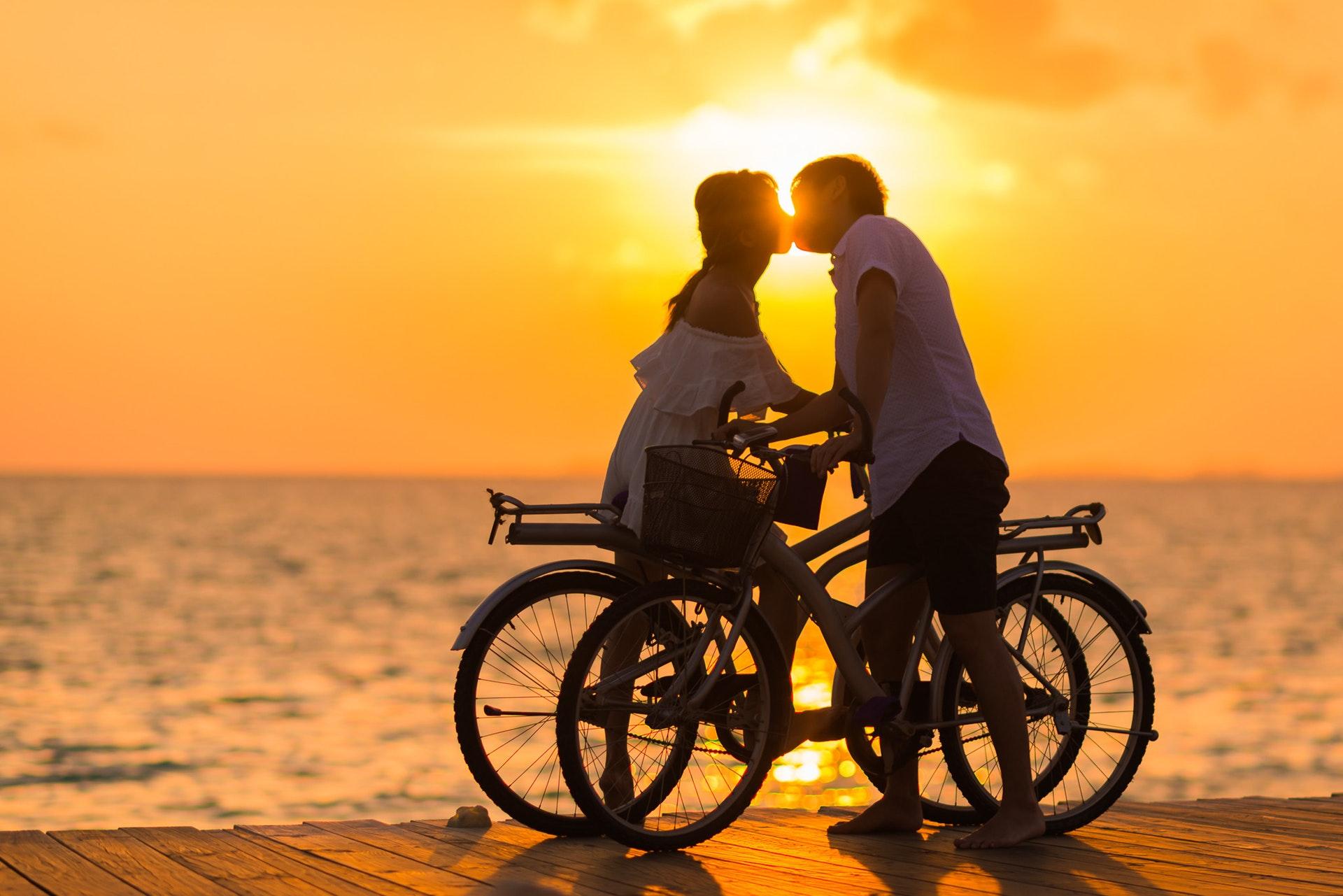 夕焼けでキスするカップル