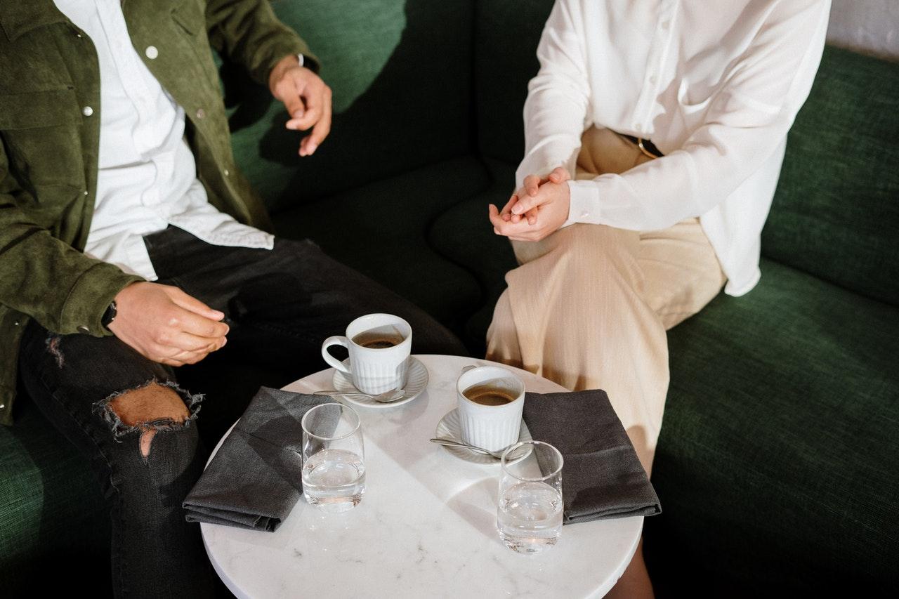 テーブルを挟む男女