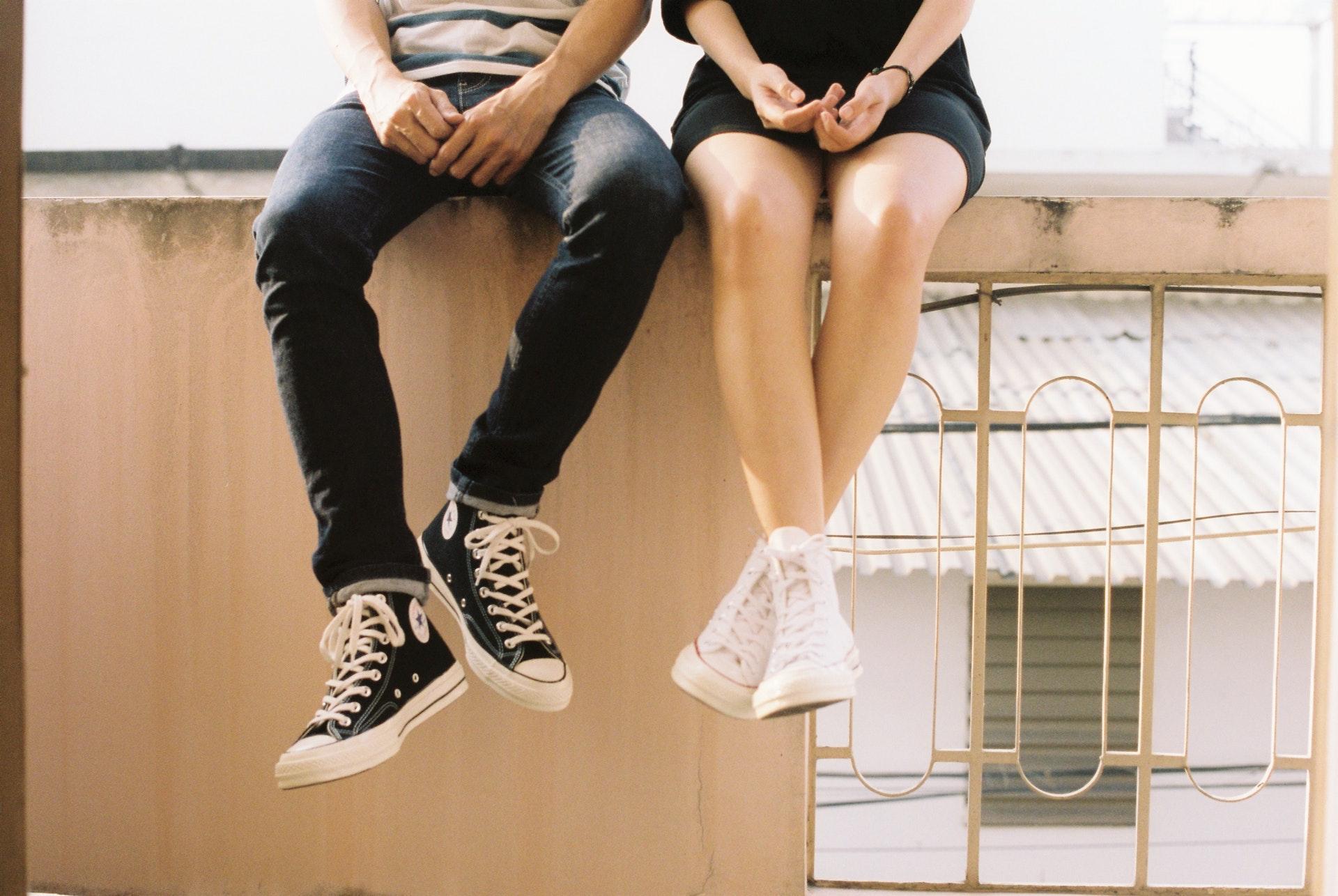 塀に座るカップル