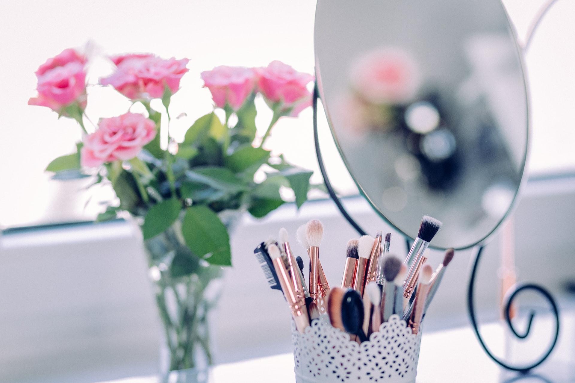 鏡の前の化粧品