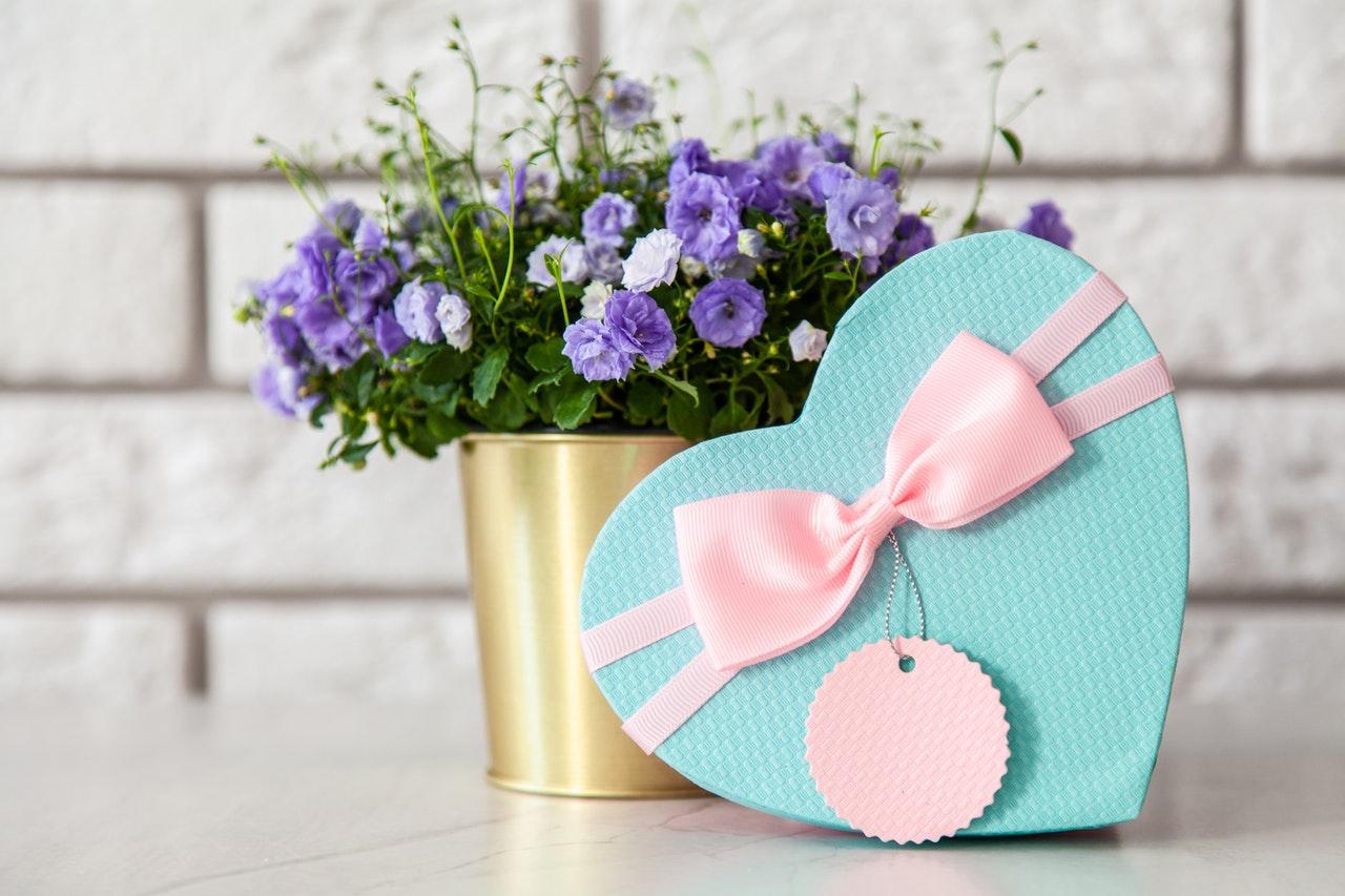 ブルーのプレゼントと花