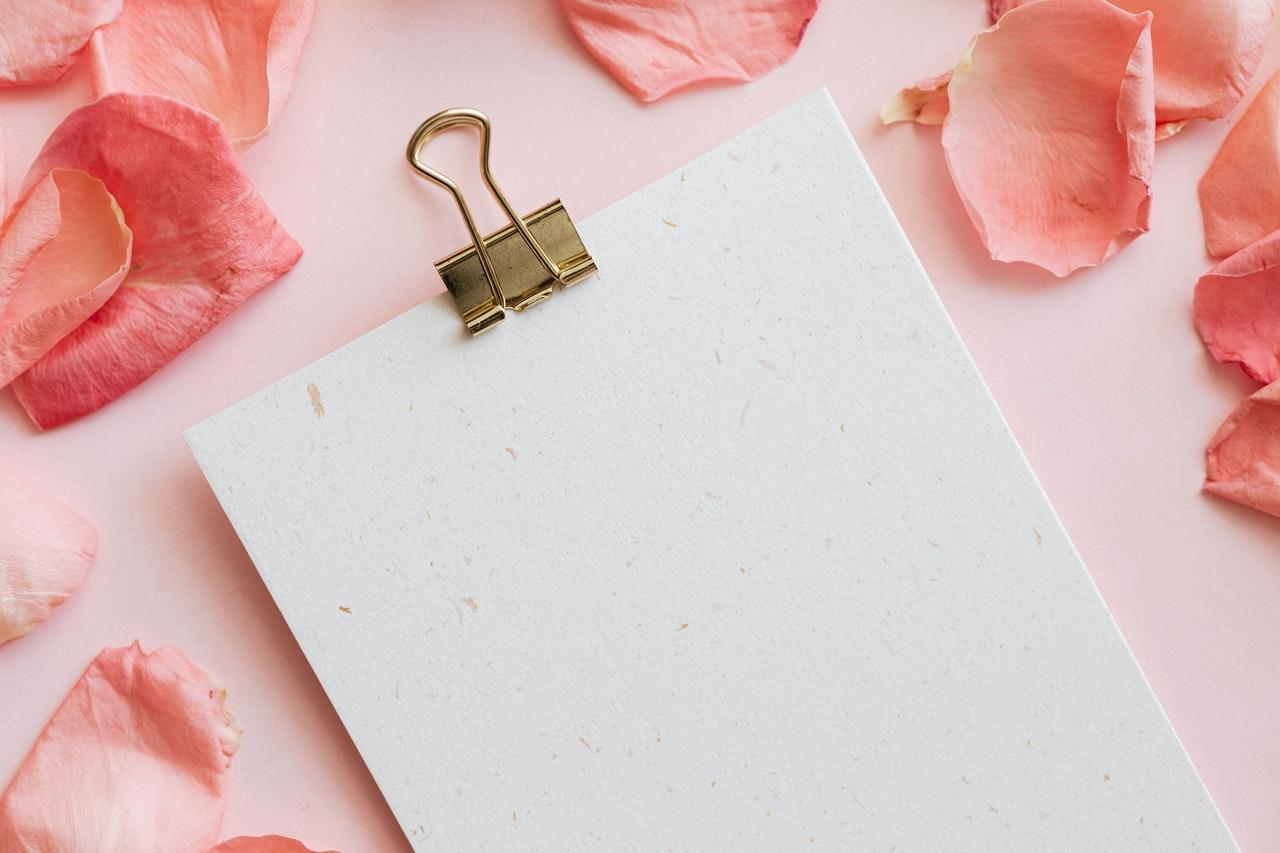 ピンクの花とメモ