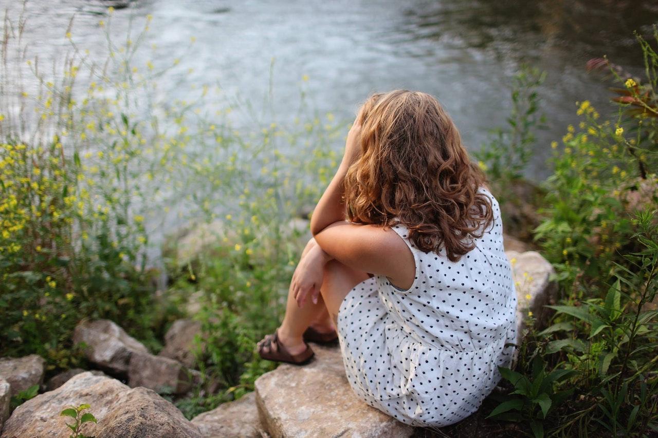 水辺に座る女性