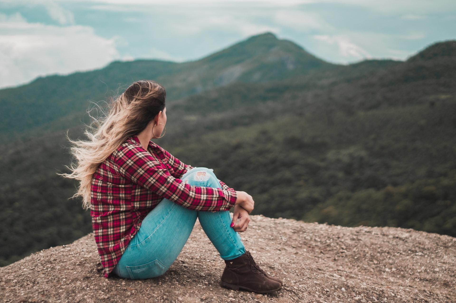 一人寂しく座る女性