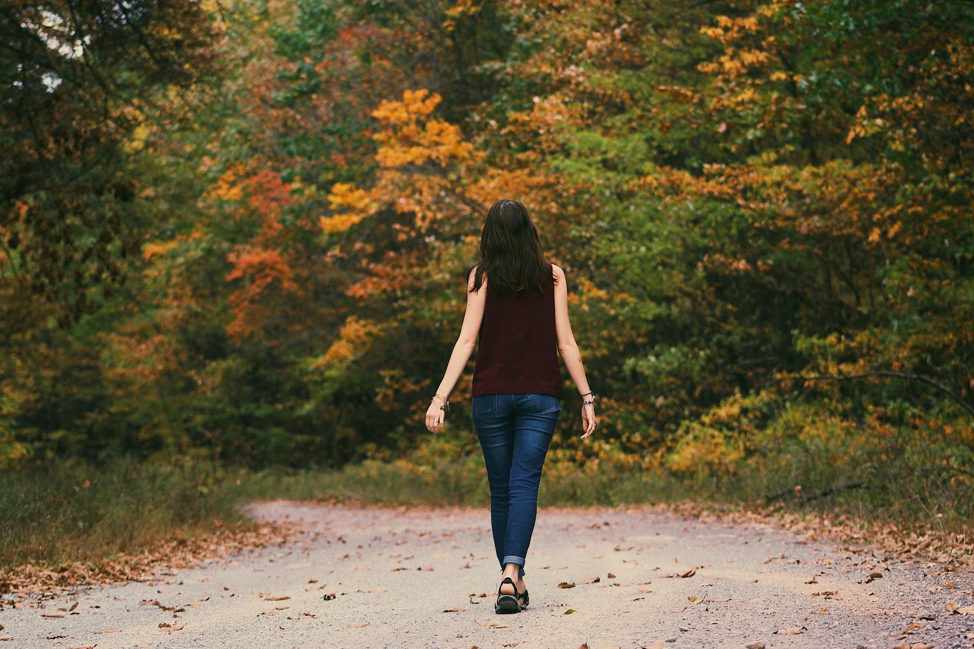 林道を歩く女性