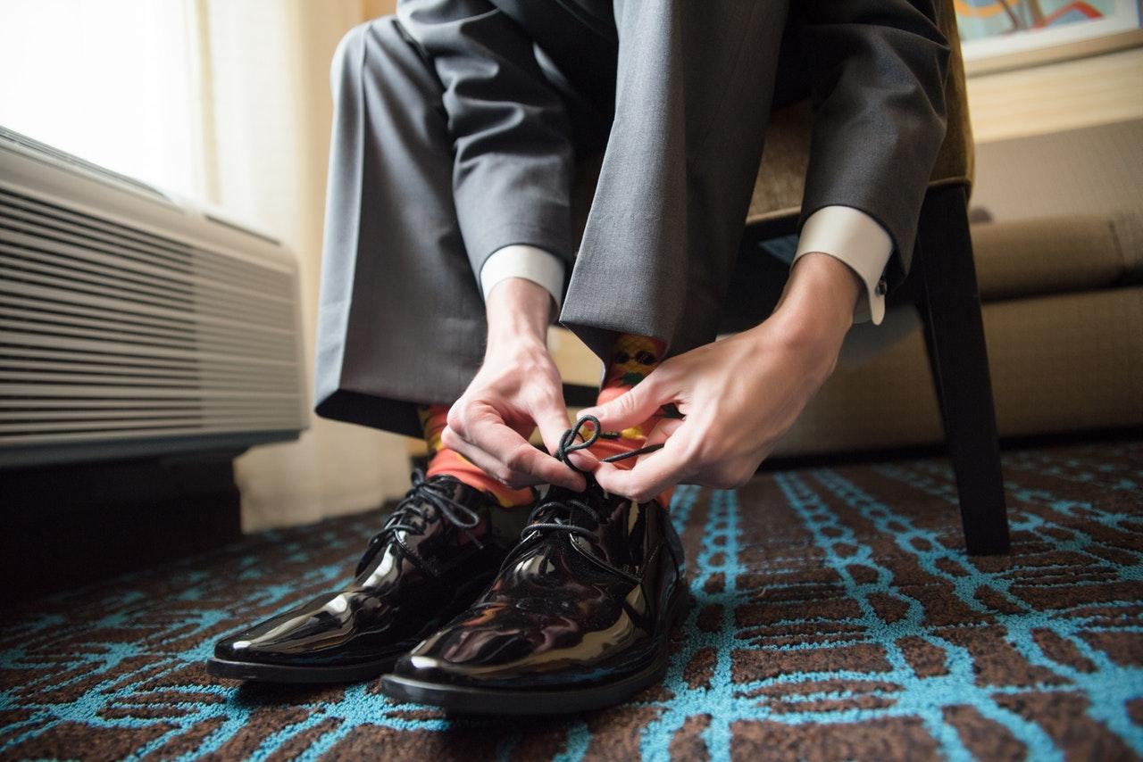 靴を履く男性