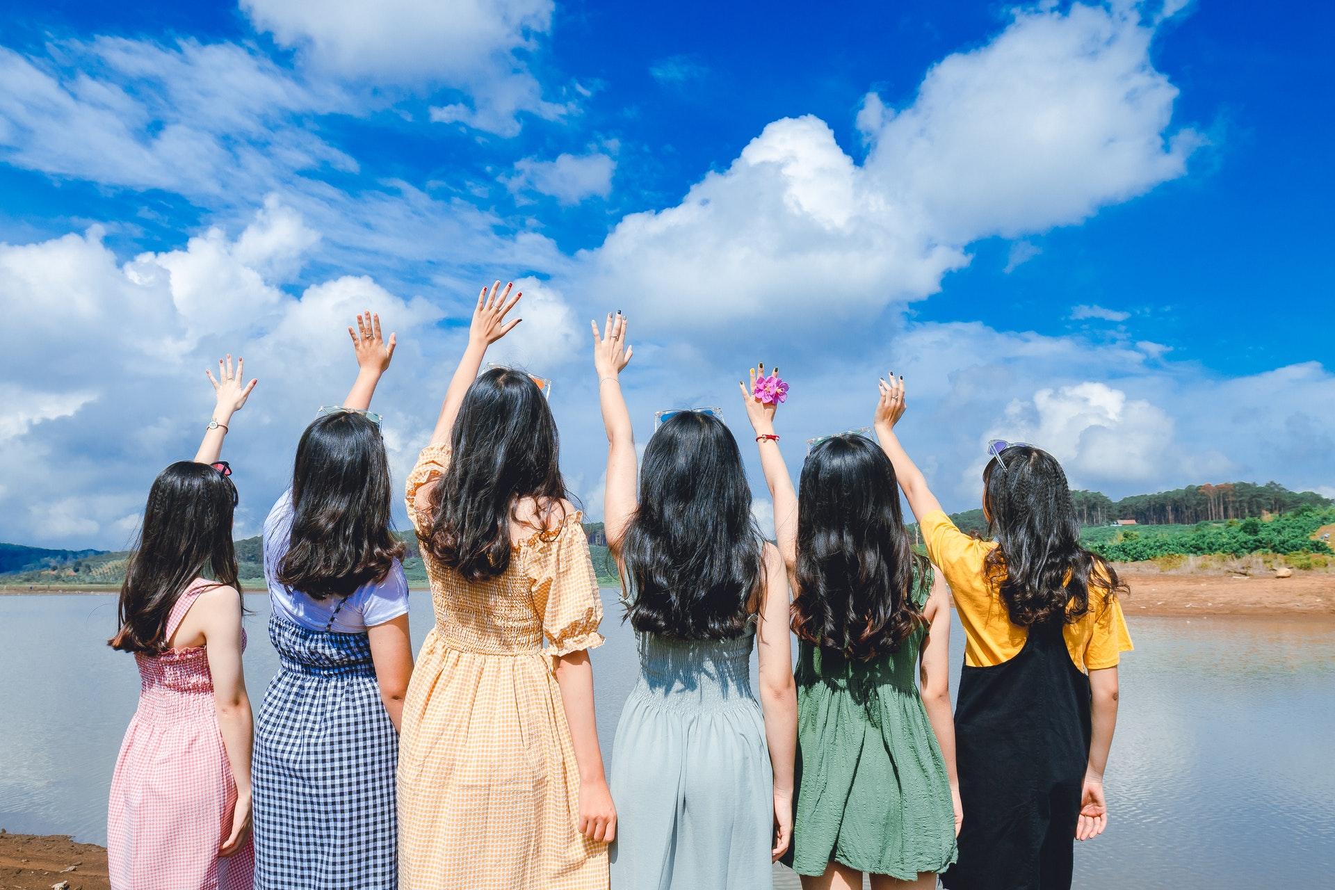 空を見上げる女子たち