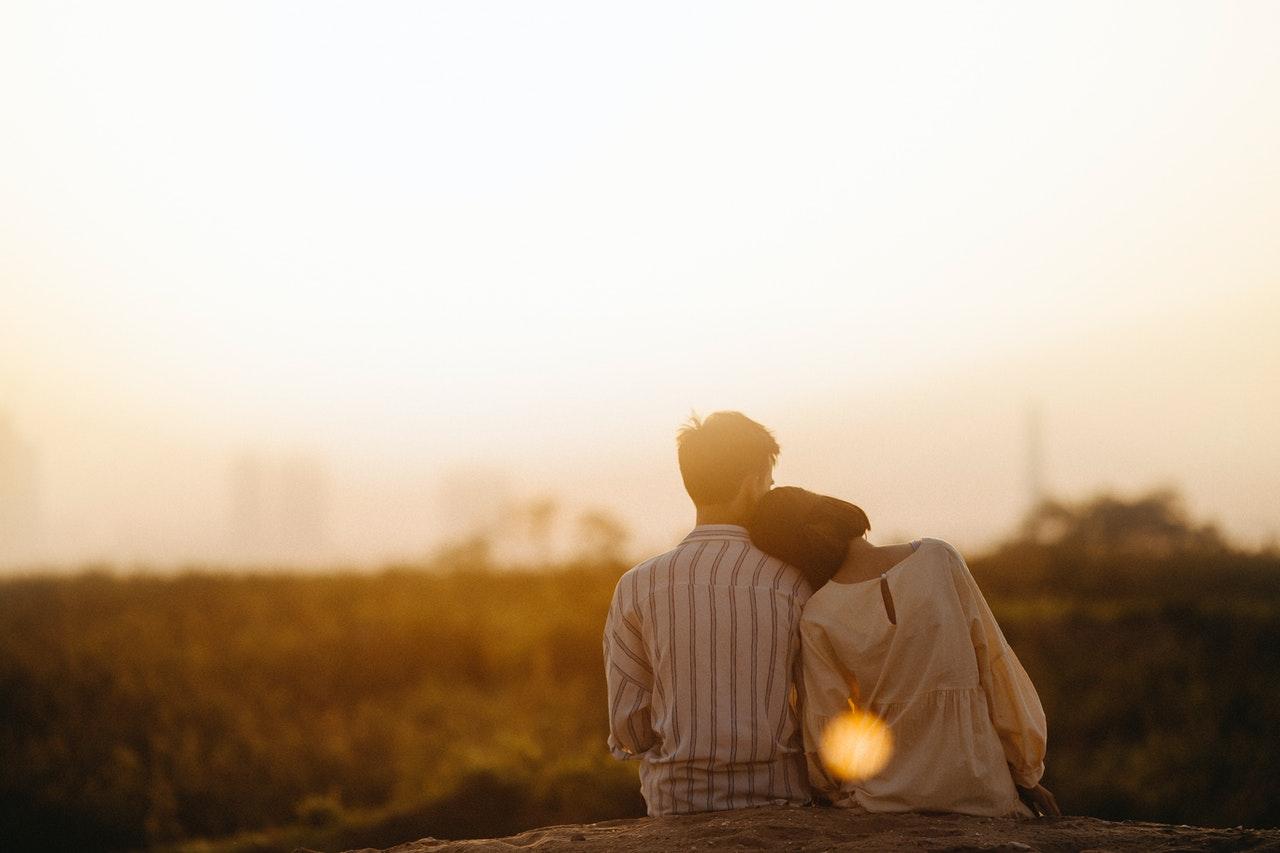 夕焼けとカップル