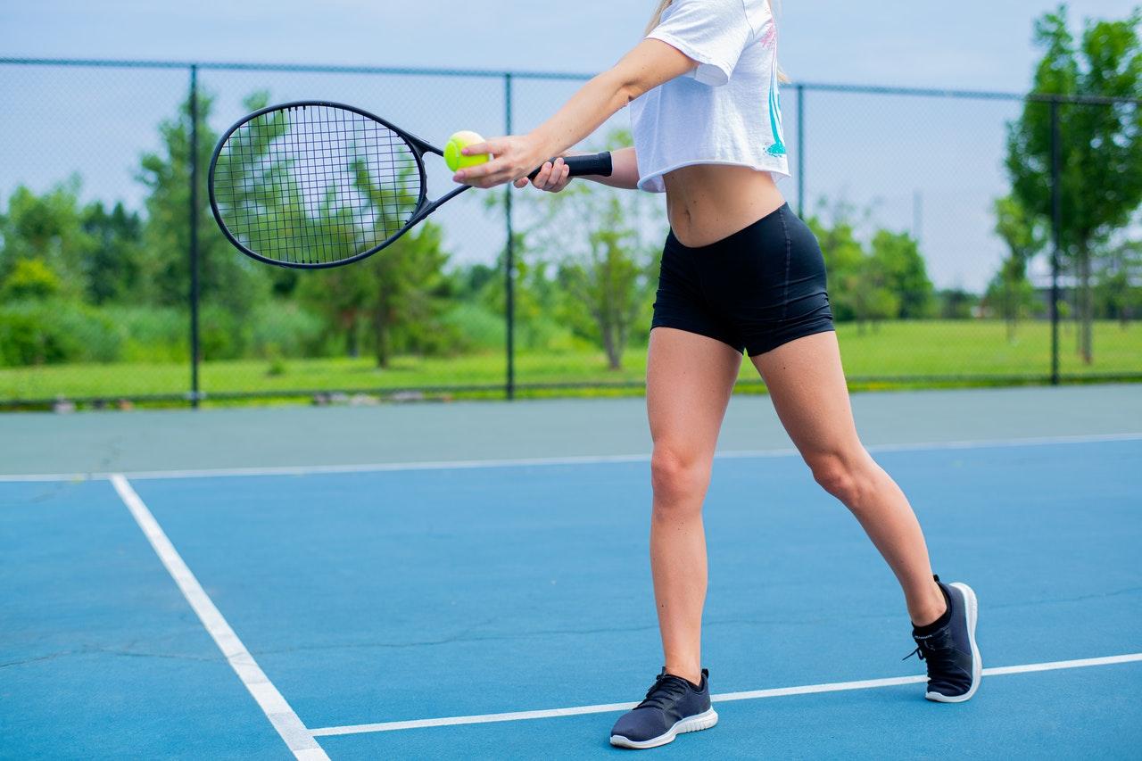 テニスをする女子