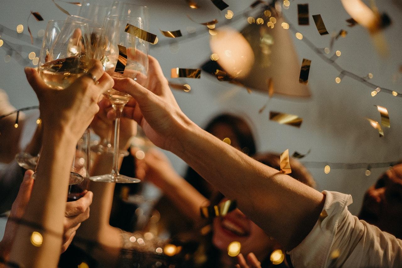 パーティーでグラスを傾ける