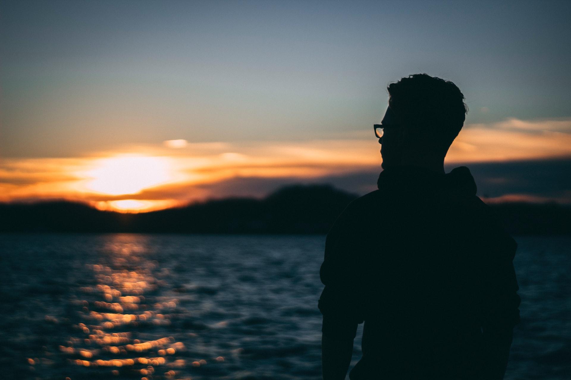 夕陽に映る男