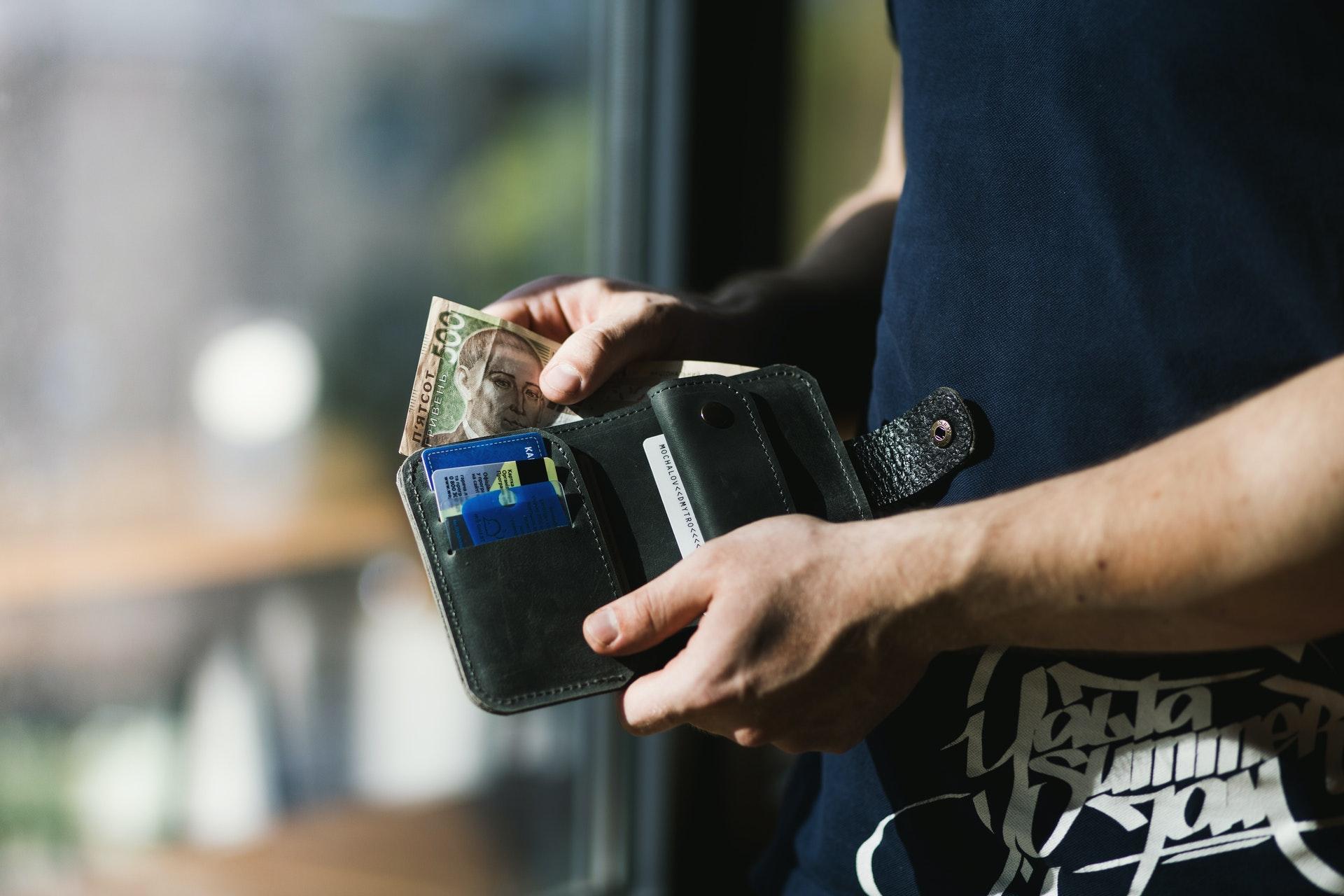 財布を開ける男性