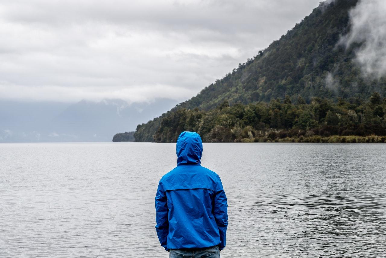 湖を見つめる男性