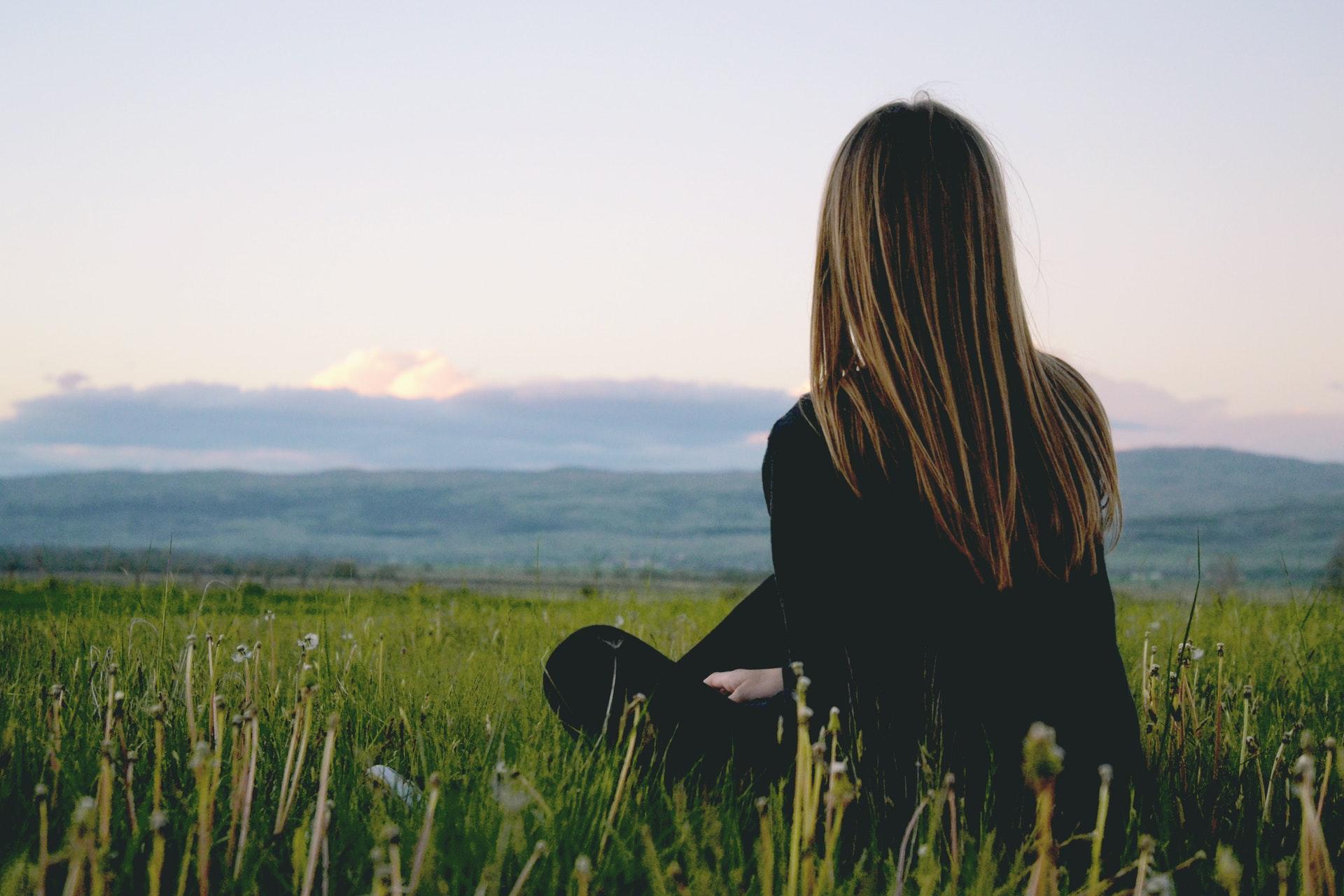 草原を眺める女性