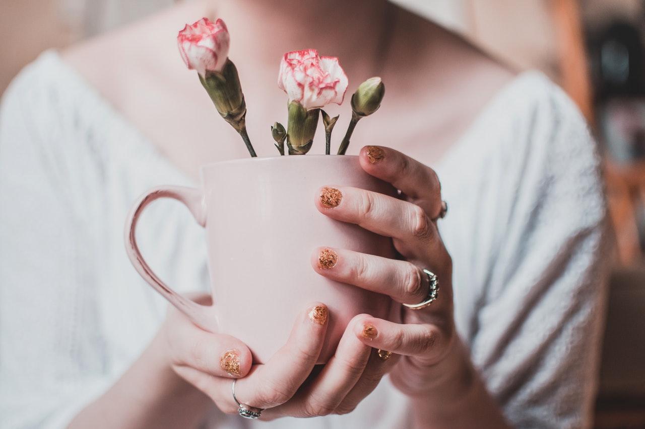 女子の手に指輪