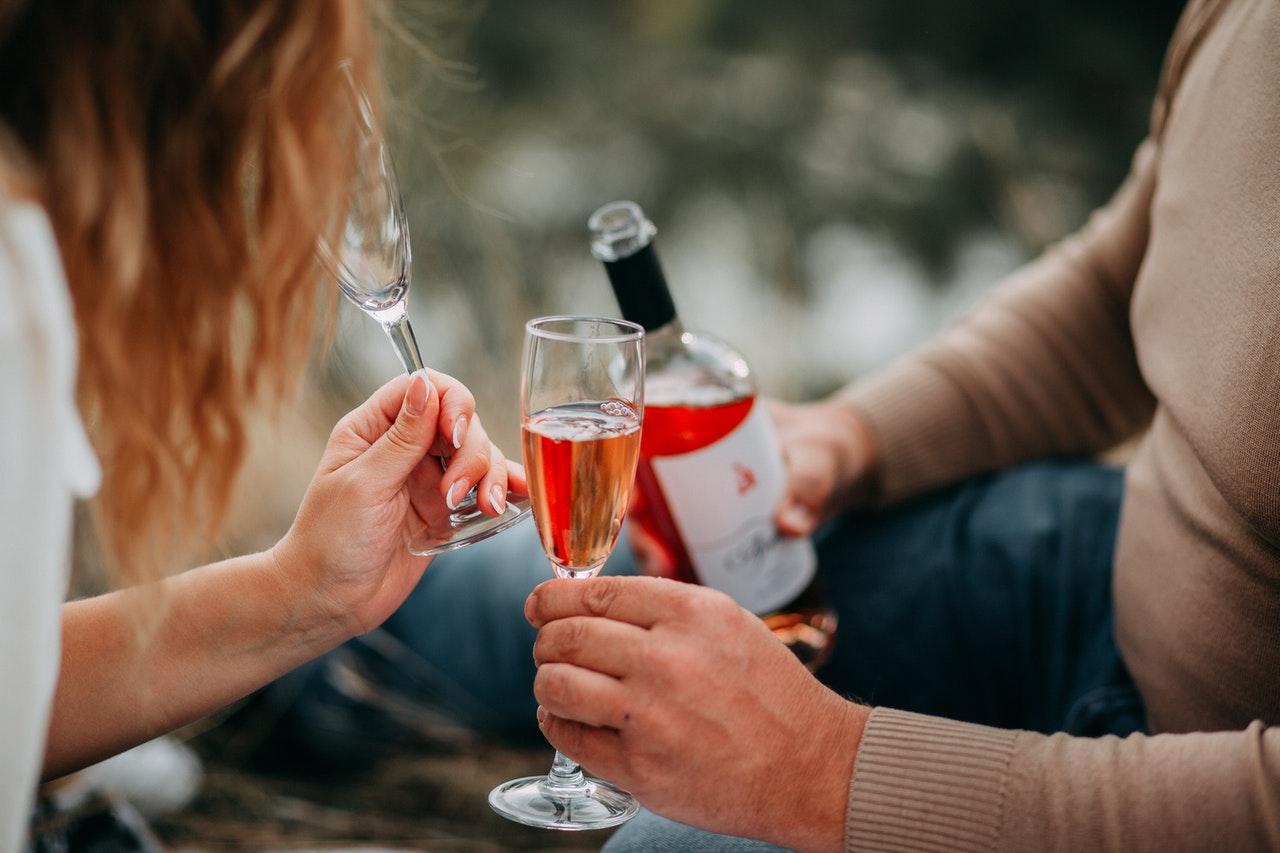 仲良くワインを飲むカップル