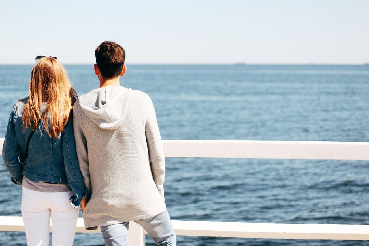 海を眺める男女