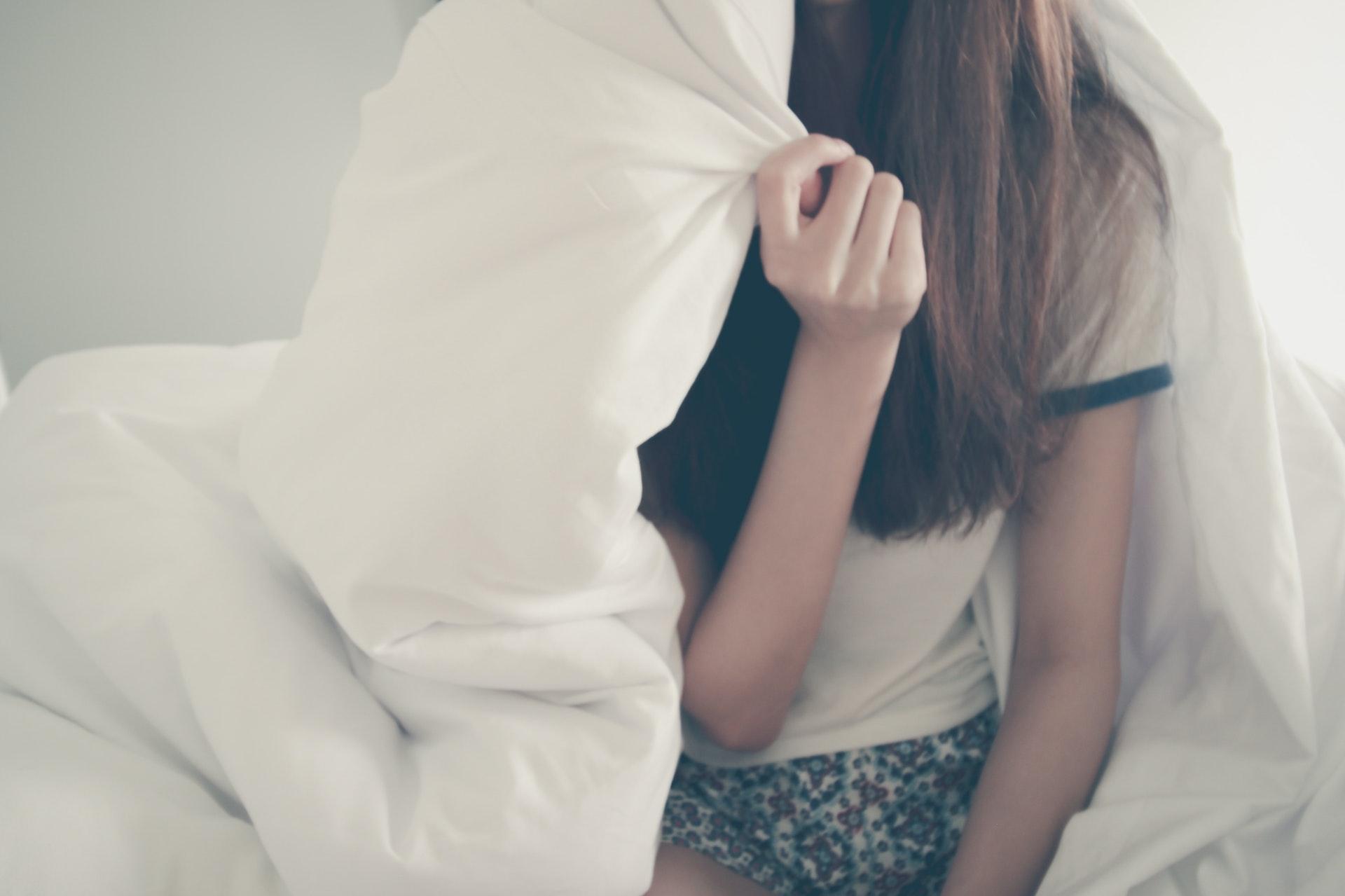 ベッドの中の女性