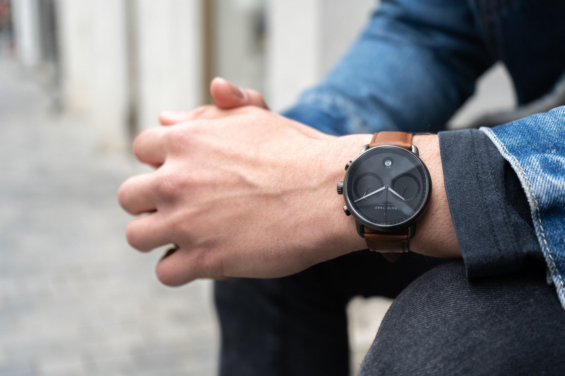 腕時計をした男性