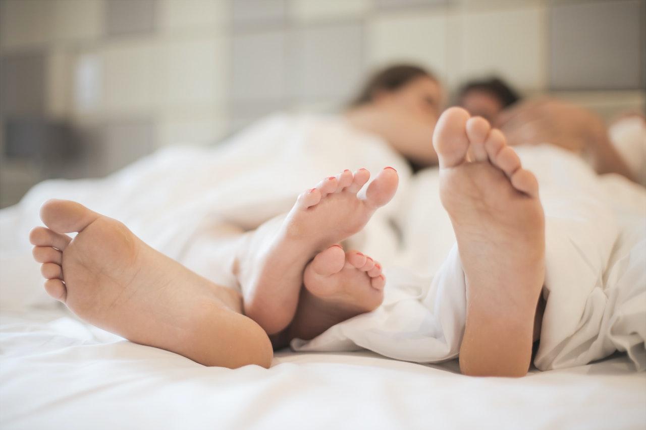 ベッドでからむ男女