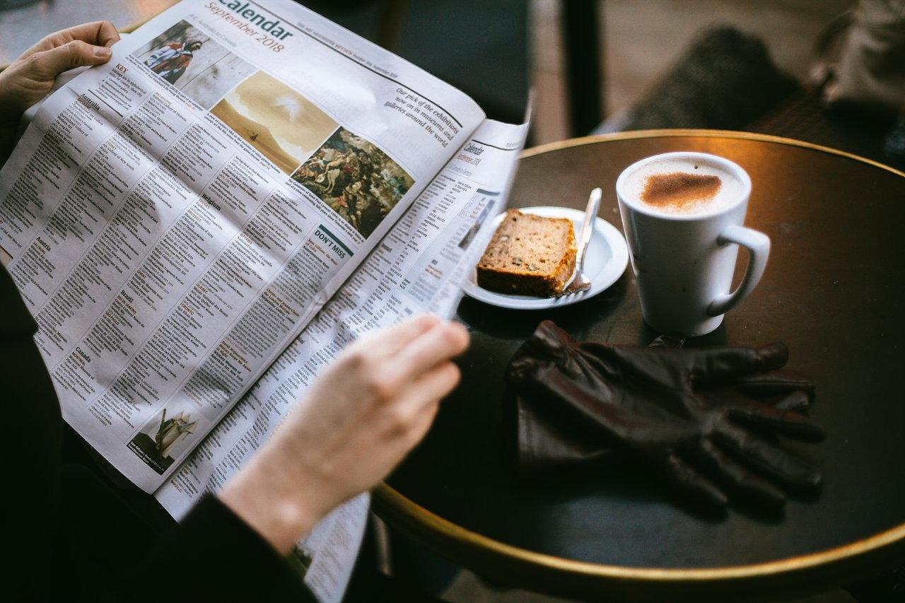 新聞を読む人