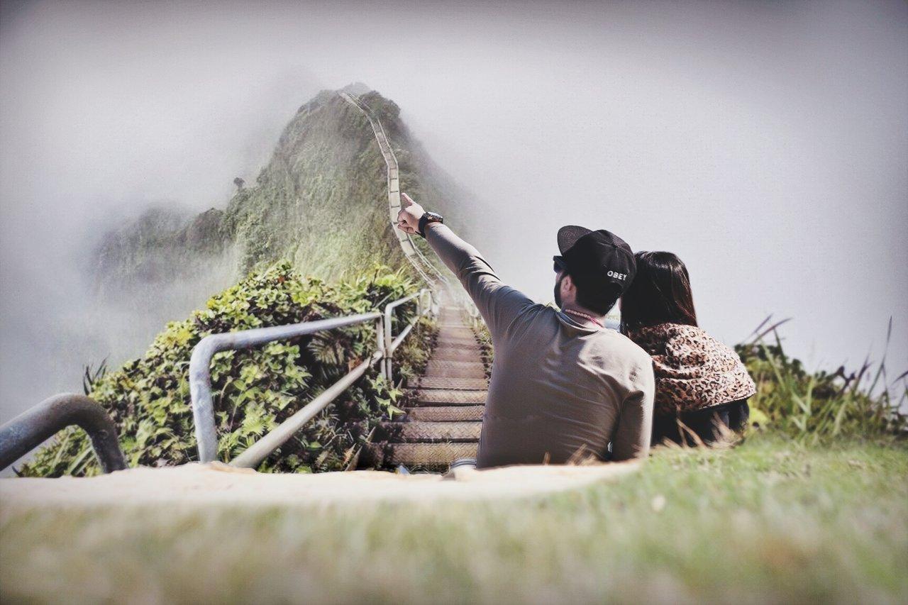 遠くを眺めるカップル