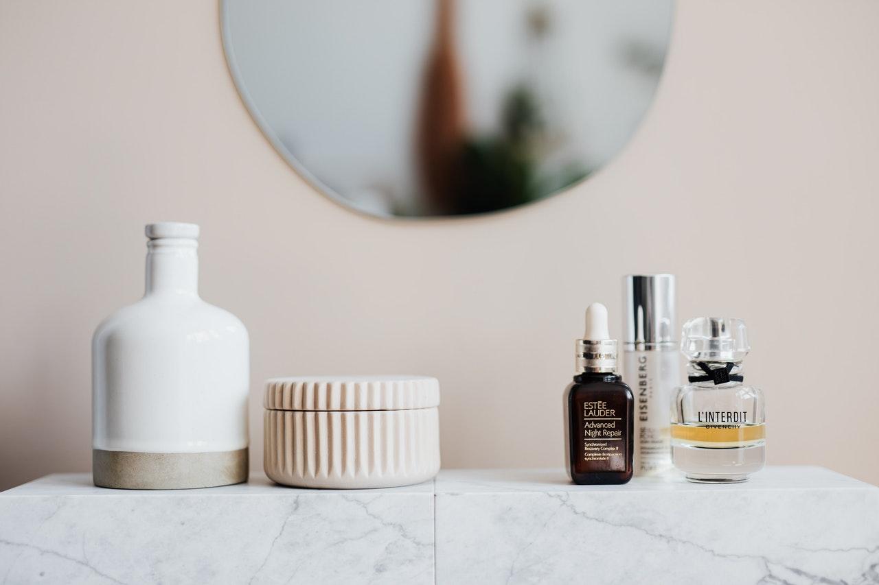基礎化粧品と鏡